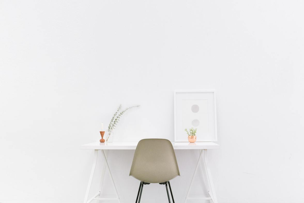 """<img src=""""bench-accounting.jpg"""" alt=""""nice bench set up for work"""">"""
